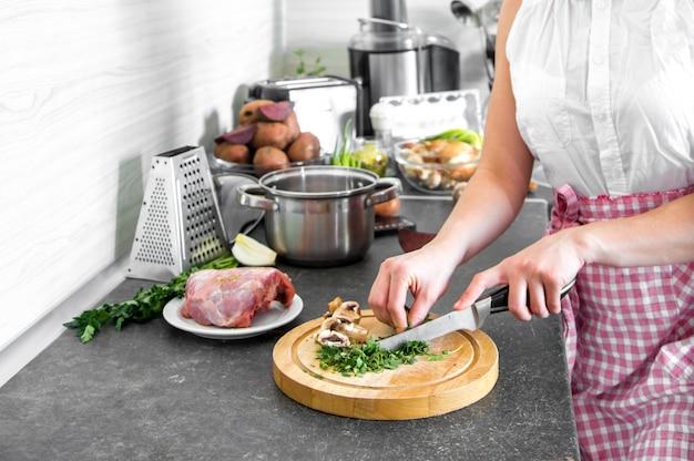 Cucinare in cucina con parti del corpo Foto Gratuite