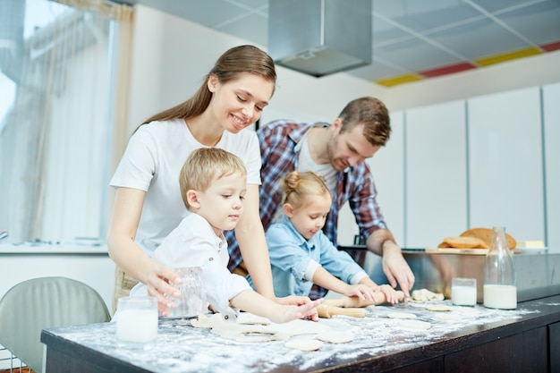 Cucinare la pasticceria Foto Gratuite