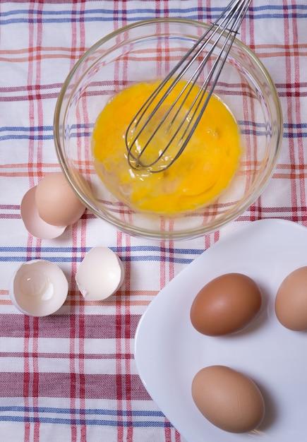 Cucinare le uova strapazzate in cucina Foto Premium