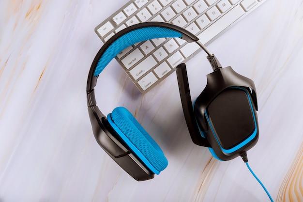 Cuffie che si trovano sulla tastiera di un computer di telemarketing, call center, servizi client o supporto online Foto Premium