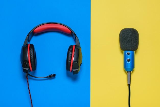 Cuffie con microfono su sfondo giallo e blu. la vista dall'alto. Foto Premium