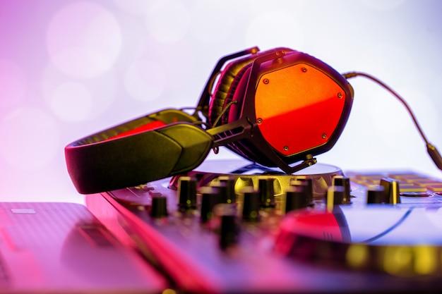 Cuffie posizionate su dj mixer nel nightclub. Foto Premium