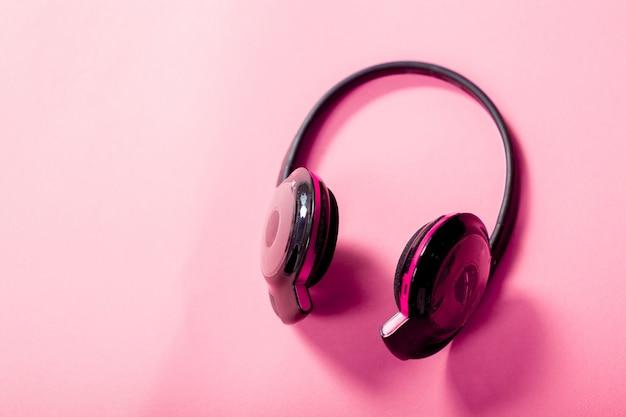 Cuffie su sfondo rosa Foto Premium