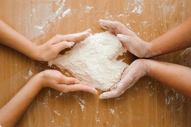 Cuoco unico che prepara pasta - processo di cottura, cuore della farina. Foto Premium