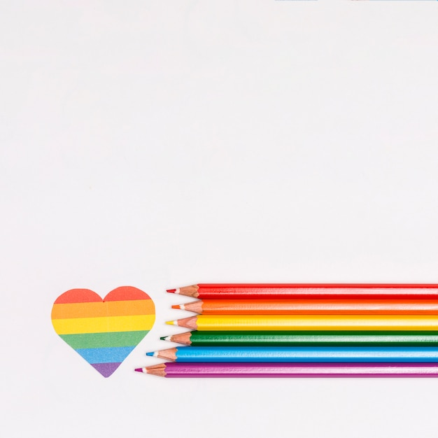 Cuore arcobaleno e matite colorate come simbolo di lgbt Foto Gratuite