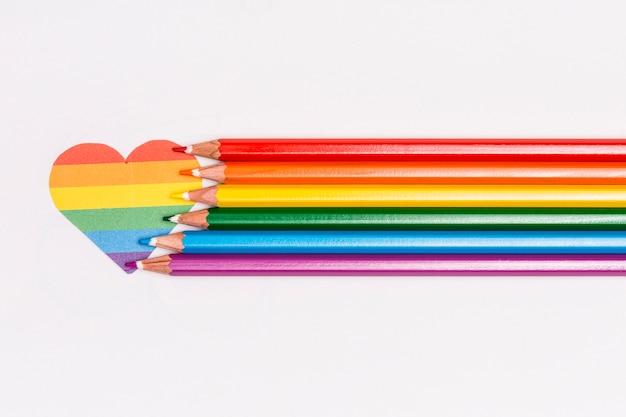 Cuore arcobaleno lgbt e matite colorate Foto Gratuite