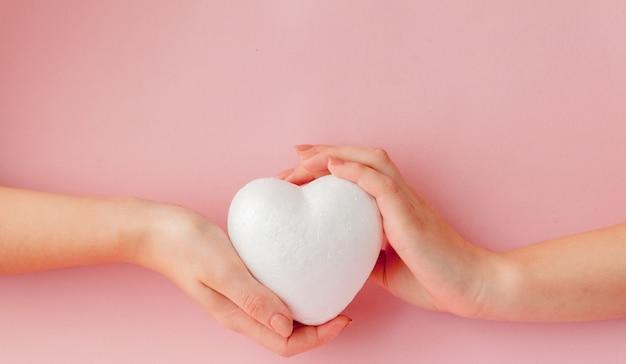 Cuore bianco amore vuoto nelle mani Foto Premium