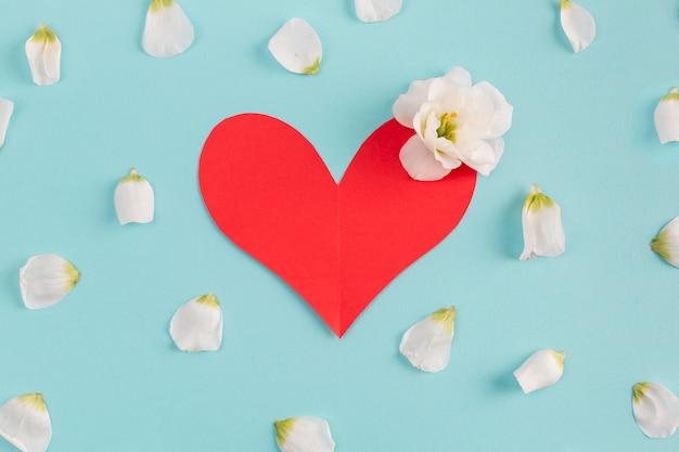 Cuore di carta e bocciolo di fiori freschi Foto Gratuite