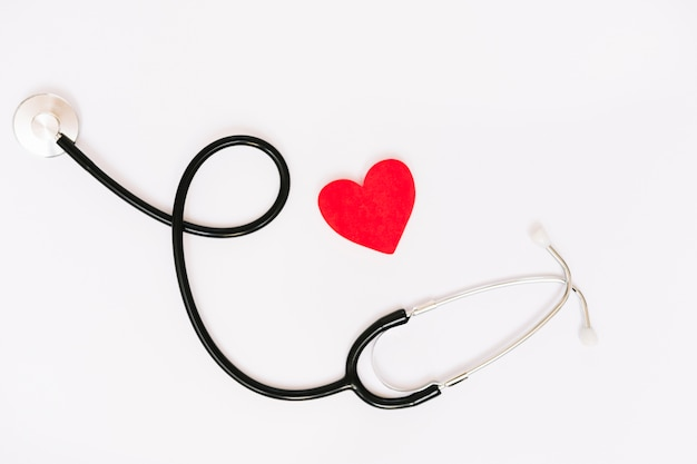 Cuore di carta vicino stetoscopio Foto Gratuite
