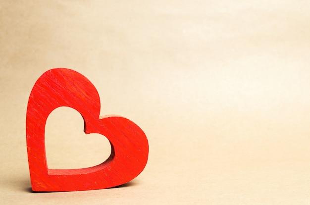 Cuore di legno rosso, isolare, il concetto di amore, romanticismo, sentimenti, san valentino Foto Premium