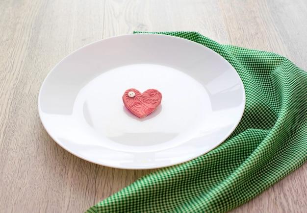 Cuore romantico sul piatto per la colazione. Foto Premium