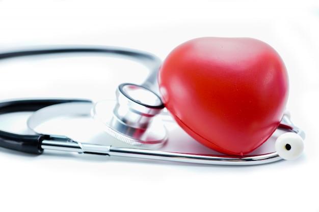 Cuore rosso con stetoscopio Foto Premium