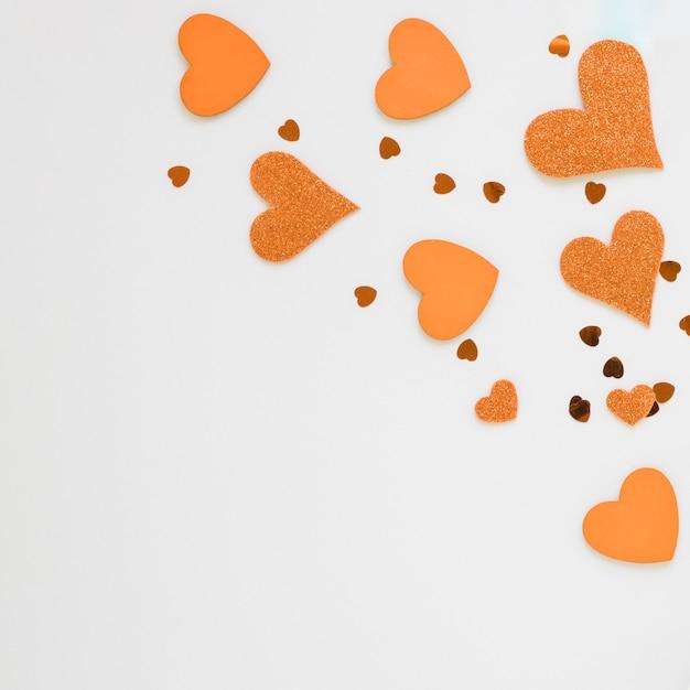 Cuori arancioni per san valentino con spazio di copia Foto Gratuite
