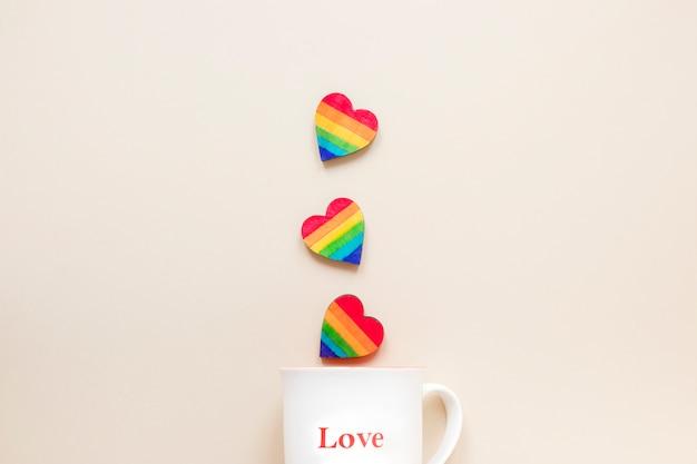Cuori arcobaleno con tazza con iscrizione di amore Foto Gratuite