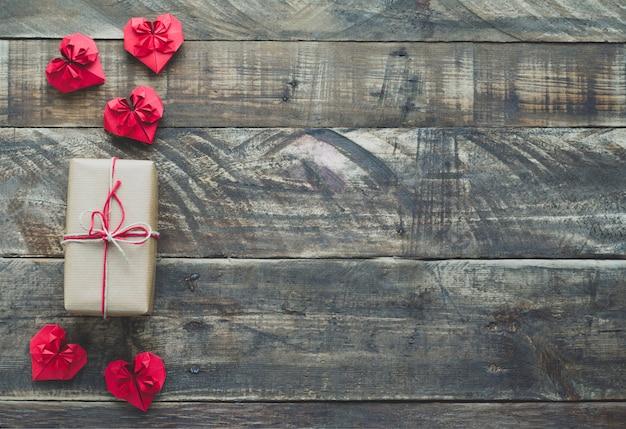Cuori di carta rossa con regalo Foto Premium