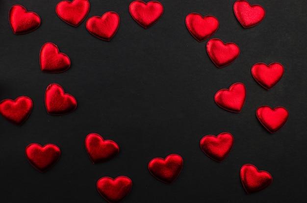 Cuori di giorno di biglietti di s. valentino e di rosa rossa su legno. copia spazio per il testo Foto Premium