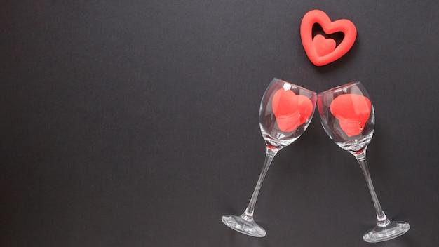 Cuori di ornamento e bicchieri da vino Foto Gratuite