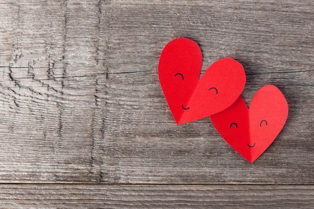 Cuori di san valentino di carta su legno Foto Gratuite