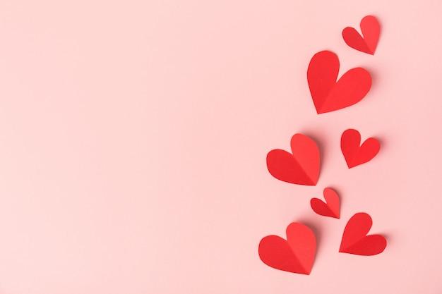 Cuori di san valentino di carta sul rosa Foto Gratuite