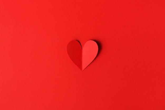 Cuori di san valentino di carta sul rosso Foto Gratuite