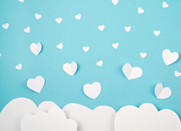 Cuori e nuvole di carta bianca. sainte valentine, festa della mamma, biglietti d'auguri di compleanno, invito, celebrazione concetto Foto Premium