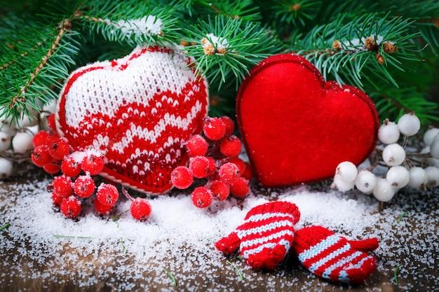 Cuori rossi della decorazione di giorno di biglietti di s. valentino su neve. messa a fuoco selettiva, Foto Premium