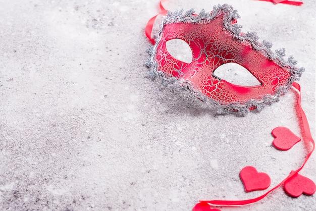Cuori veneziani della mascherina e dei biglietti di s. valentino su priorità bassa di pietra. Foto Premium