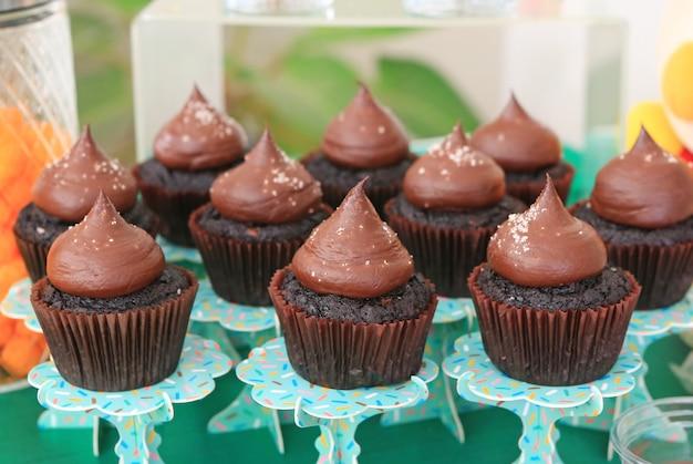 Cupcake al cioccolato con glassa di sale e zucchero Foto Premium