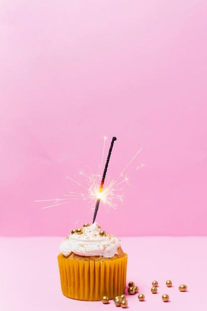 Cupcake compleanno con sfondo rosa Foto Gratuite