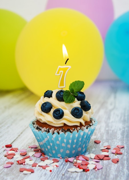 Cupcake con una candela numero sette Foto Premium