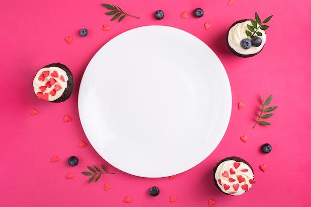Cupcake decorato con cuori. amore. concetto di san valentino. copia-spazio, vista dall'alto. Foto Premium