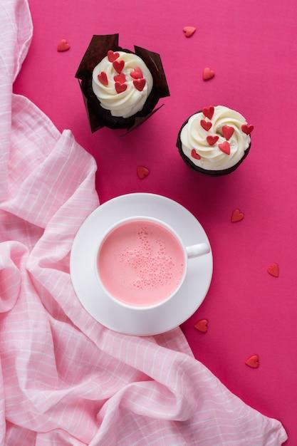 Cupcake decorato con cuori. amore. concetto di san valentino. vista dall'alto. Foto Premium