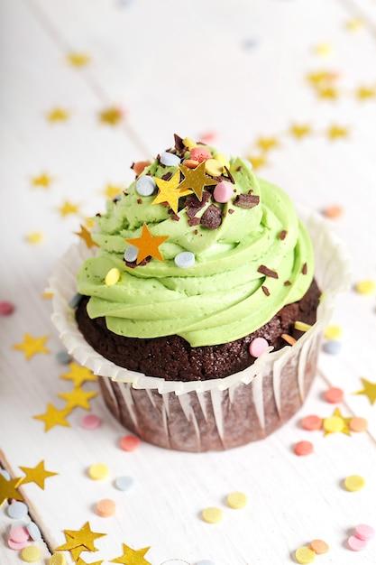 Cupcake decorato con granelli e stelle Foto Gratuite