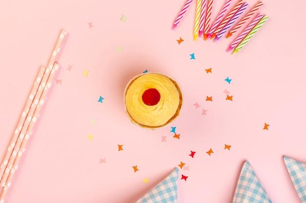 Cupcake e decorazioni di compleanno su uno sfondo rosa Foto Gratuite