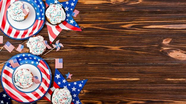 Cupcake su piastre stelle e bandiere con immagine della bandiera americana Foto Gratuite