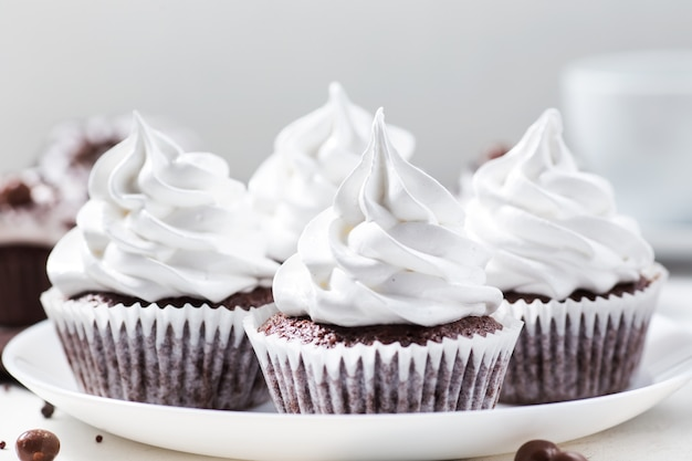 Cupcakes al cacao con crema di meringa Foto Premium