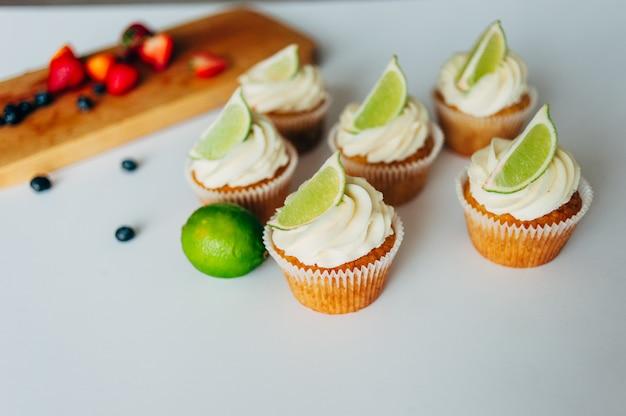 Cupcakes con panna e lime Foto Premium