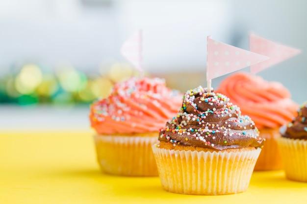 Cupcakes con spruzzi e bandiere Foto Gratuite