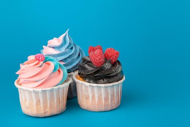 Cupcakes di compleanno sulla fine del blu in su Foto Premium