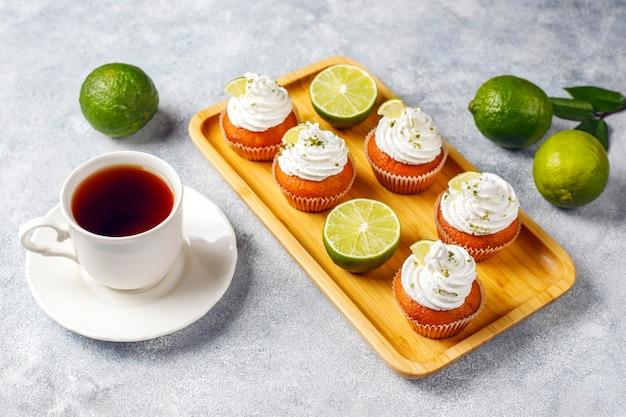 Cupcakes di lime fatti in casa con panna montata e scorza di lime Foto Gratuite