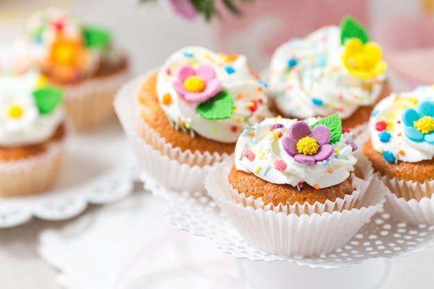 Cupcakes di pasqua con fiori di zucchero Foto Premium