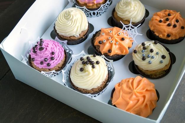 Cupcakes fatti in casa con panna. Foto Premium