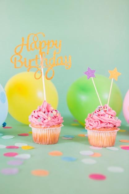 Cupcakes rosa compleanno con palloncini Foto Gratuite