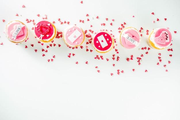 Cupcakes rosa e rosso di san valentino Foto Premium