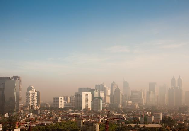 Cupola dello smog sopra una grande città Foto Premium