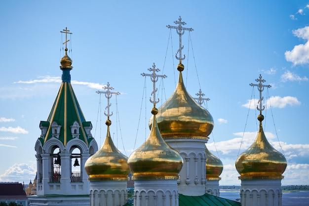 Cupole della chiesa ortodossa. croci dorate della chiesa russa. luogo sacro per i parrocchiani e preghiere per la salvezza dell'anima. Foto Premium