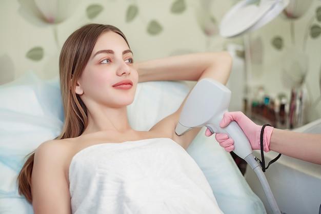 Cura del corpo. ascellare depilazione laser Foto Premium