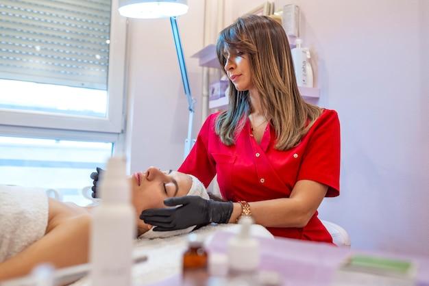 Cura della pelle e concetto di trattamenti. Foto Premium