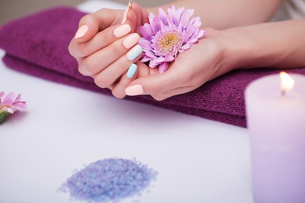 Cura delle unghie. primo piano di belle mani della donna con le unghie naturali nel salone di bellezza. Foto Premium