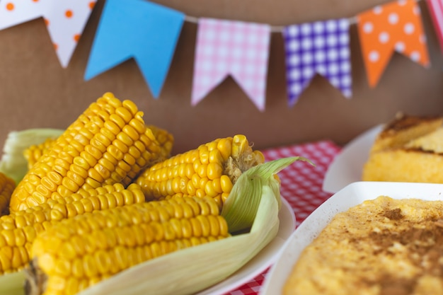 Curau, canjica, angú, crema di mais dolce e dessert tipici della cucina brasiliana. Foto Premium